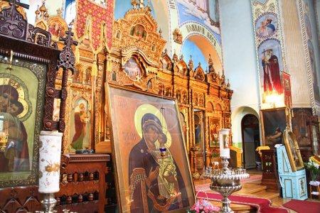 Photo pour Intérieur du couvent orthodoxe Sainte-Trinité à Riga, Lettonie, y compris l'icône de la Vierge Mère de Dieu (Marie) et de l'enfant (Jésus-Christ ). - image libre de droit