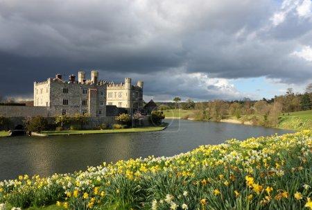 Photo pour Leeds Castle dans Kent, Royaume-Uni avec des jonquilles en fleurs et un ciel spectaculaire . - image libre de droit