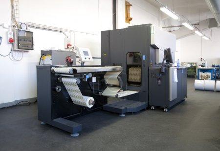 Photo pour L'impression de presse numérique est la reproduction d'images numériques sur une surface physique. Il est généralement utilisé pour les tirages courts et pour la personnalisation des supports imprimés . - image libre de droit