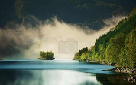 Photo pour Brouillard sur le lac - image libre de droit