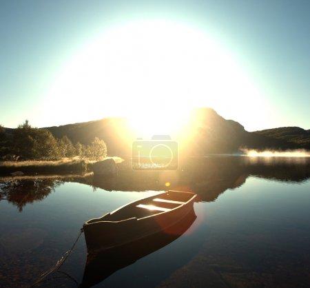 Photo pour Lac de montagne - image libre de droit