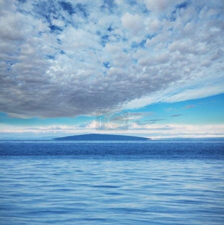 Photo pour Étincelle ensoleillée sur l'eau - image libre de droit
