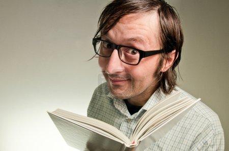Photo pour Nerd mâle tenant un livre blanc vide couvre, cette image est une photo humoristique concept. - image libre de droit