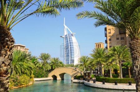 Photo pour Burj Al Arab un hôtel de luxe et Madinat Jumeirah Luxury Resort, situé sur Jumeirahs Beach Strip . - image libre de droit