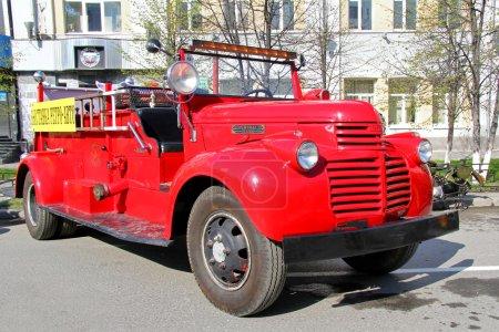 Photo pour Feu américain camion 1942 gmc incendie voiture exposée au annuel défilé de la victoire le 9 mai 2012 à Iekaterinbourg, Russie. - image libre de droit