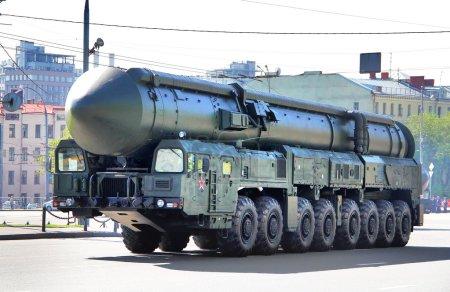 Photo pour Moscou, Russie - 6 mai : missiles balistiques intercontinentaux topol-m exposée à l'annuelle de victoire jour défilé répétition générale le 6 mai 2012 à Moscou, Russie - image libre de droit