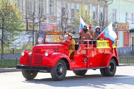 Photo pour Iekaterinbourg, Russie - 9 mai : feu américain camion 1942 gmc incendie voiture exposée au annuel défilé de la victoire le 9 mai 2012 à Iekaterinbourg, Russie. - image libre de droit