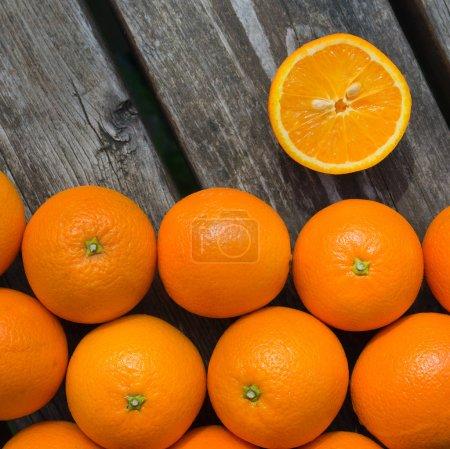 Photo pour Un groupe d'oranges fraîches sur une table en bois - image libre de droit