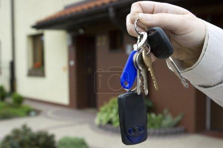 Photo pour Femme tenant les clés de la maison - image libre de droit