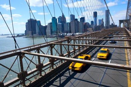 Photo pour Gratte-ciel de manhattan de New york depuis le pont de brooklyn avec taxi jaune - image libre de droit
