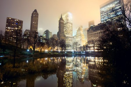 Photo pour Central park et new york city skyline à brume - image libre de droit