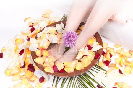 Foto de Tratamiento Spa para piernas con pétalos de rosa aromáticos - Imagen libre de derechos