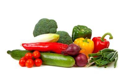 Foto de Muchas verduras frescas sobre fondo blanco - Imagen libre de derechos