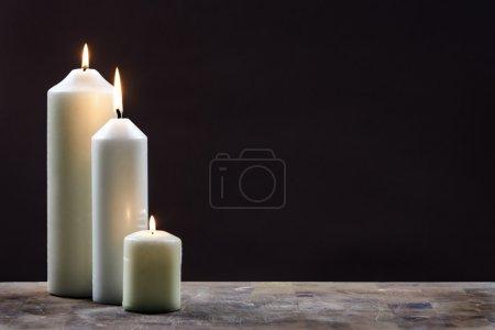 Photo pour Trois bougies sur fond sombre - image libre de droit