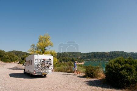 Photo pour Avec mobil-home au lac de Sainte Croix en Provence - image libre de droit