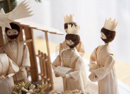 Photo pour Crèche de Noël et les rois Mages, distribuant des cadeaux aux bébé Jésus - image libre de droit