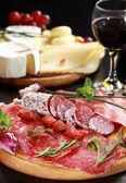 Salám a sýr talíř s bylinkami