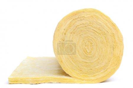 Foto de Rollo de material de aislamiento de fibra de vidrio, aislado sobre fondo blanco. - Imagen libre de derechos