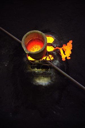 Fundición - metal fundido en crisol de pie sobre moldes - sobras