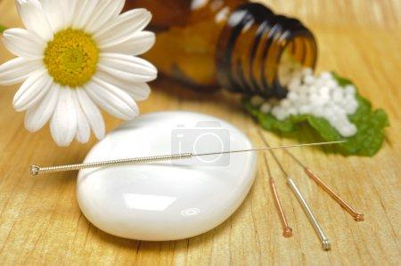 Foto de Medicina alternativa con homeopatía, acupuntura y glóbulos - Imagen libre de derechos