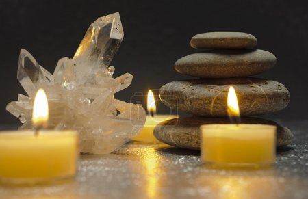 Photo pour Cristal de quartz et pierres zen avec bougies - image libre de droit