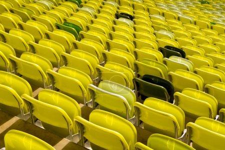 Photo pour Sièges de stade jaune - image libre de droit