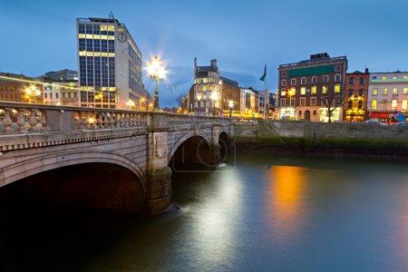 Photo pour Pont de rue O'Connell à Dublin la nuit, Irlande - image libre de droit