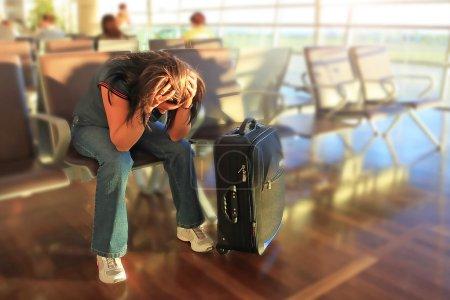 Photo pour Femme déprimée, dans l'attente de l'avion avec retard - image libre de droit