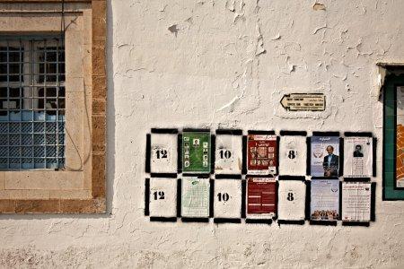 Photo pour Tunis, Tunisie - 5 octobre : cadres noirs avec des chiffres sur le mur sont des lieux pour les affiches électorales de plus de 80 partis politiques qui participent à une première - image libre de droit