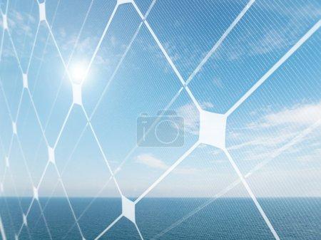 Foto de Paisaje marino con sol brillante y panel fotovoltaico - Imagen libre de derechos