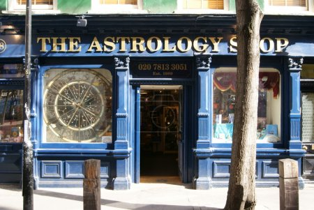 Photo pour Maisons typiques et théâtre à Camden Town, Londres - image libre de droit