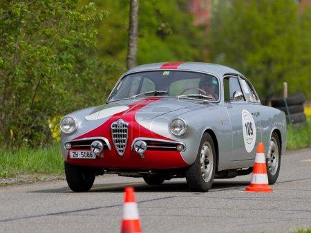 Винтаж гонки автомобилей класса Туринг Альфа