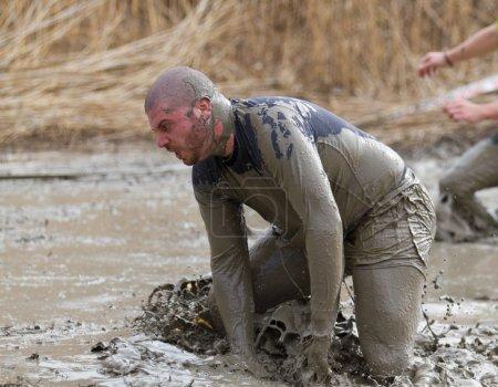 Photo pour Thun-mars. 11/2012 : les coureurs non identifiés beaucoup de costumes participent strongman ami du pêcheur courir à Thoune sui. Il se compose de 16 km et de 43 obstacales à passer par tous les 4000 coureurs. - image libre de droit