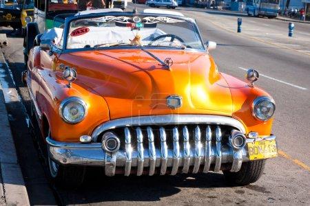 Старый классический американский автомобиль в