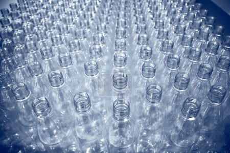 Photo pour Rangées de bouteilles vides en plastique à l'usine d'embouteillage - image libre de droit