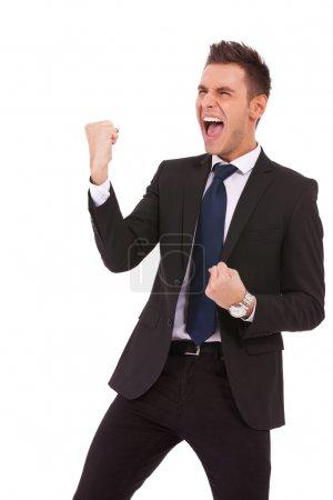 Photo pour Portrait d'un jeune homme d'affaires énergique jouissant de succès, criant contre le blanc - Isolé - image libre de droit