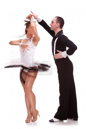 Photo pour Salsa danse de couple sur fond blanc. couple énergique danse avec passion. danseuse femme faisant une pirouette, aidée par son partenaire masculin de latino - image libre de droit