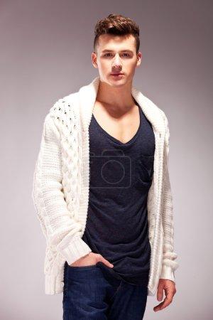 Photo pour Homme décontracté avec ses mains dans des poches sur fond gris. mode détendue modèle masculin - image libre de droit