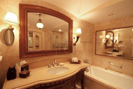 Photo pour Une belle salle de bains avec miroir - image libre de droit