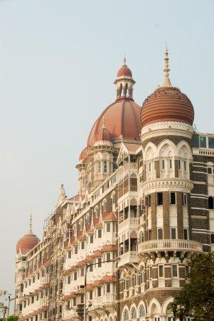 Photo pour Le taj mahal hotel est un monument célèbre dans centre ville mumbai (bombay), Inde. Il fut le théâtre d'attentats terroristes sur la ville 2008. - image libre de droit