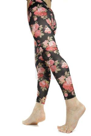 Photo pour Jambes féminines portant des jambières florales sur fond blanc - image libre de droit