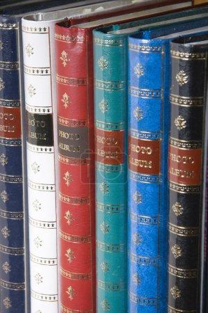 Photo pour Rangée d'albums photo multicolores sur l'étagère - image libre de droit