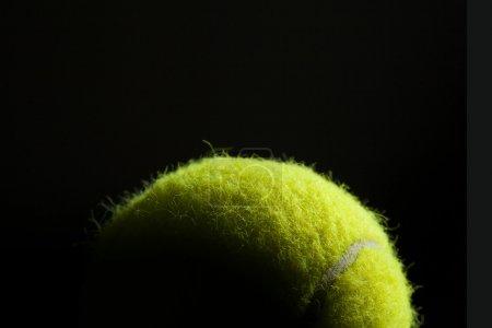 Photo pour Éclairage dramatique sur une balle de tennis ressemblant au monde depuis l'espace. Concept est le monde du tennis . - image libre de droit