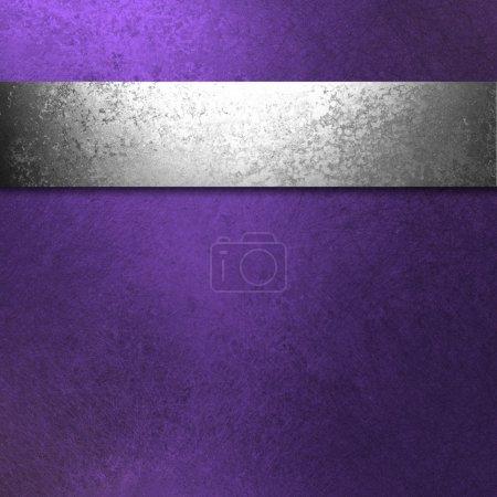 Photo pour Beau fond violet foncé avec l'illustration de ruban d'argent antique a texture grunge vintage et espace de copie vierge pour annonce ou brochure ou modèle de site Web - image libre de droit