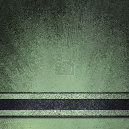 Photo pour Fond noir et vert abstrait avec texture grunge vintage étalé sur du papier avec des bords noirs et un éclat lumineux sous une bande de ruban noir - image libre de droit