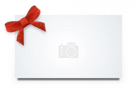 Photo pour Étiquette-cadeau vide à égalité avec un noeud de ruban de satin rouge. isolé sur blanc avec ombre doux - image libre de droit