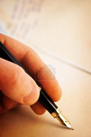 Photo pour Écriture stylo de la main sur vieux papiers - image libre de droit
