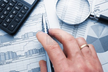 Photo pour Main de l'homme d'affaires montrant le diagramme sur le rapport financier avec stylo . - image libre de droit