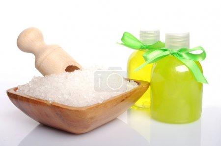 Photo pour Cure thermale avec baie sel et huile sur blanc - image libre de droit