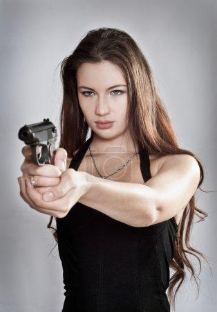 Photo pour Fille visant une arme, se concentrer sur la personne - image libre de droit